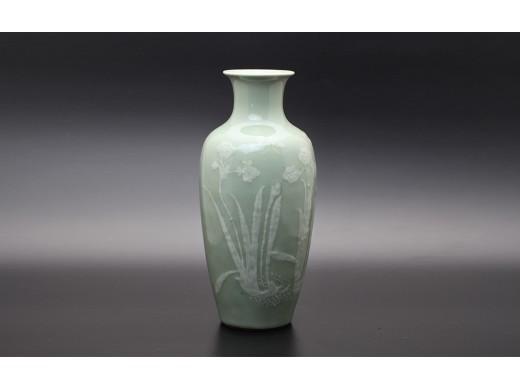 豆青加白花卉纹瓶