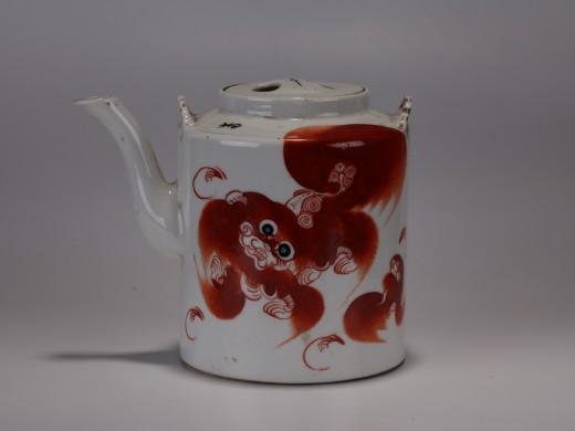 红彩狮纹茶壶